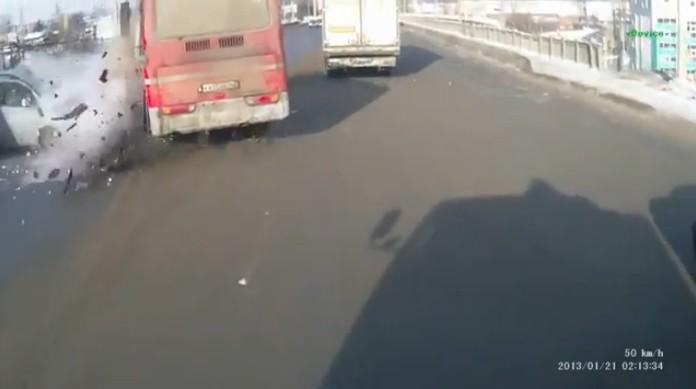 Лобовая авария автобуса и легковушки